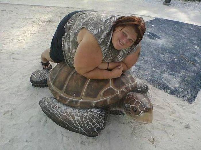 полная женщина лежит на черепахе