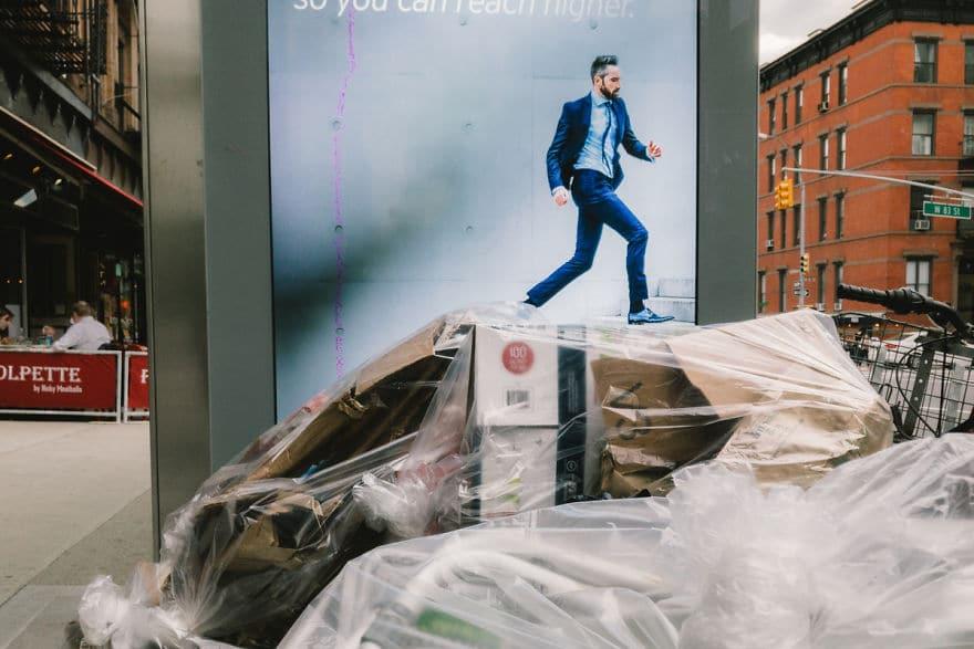 реклама с парнем на фоне мусора