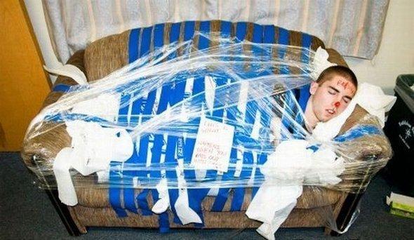 парень спит примотанный к дивану