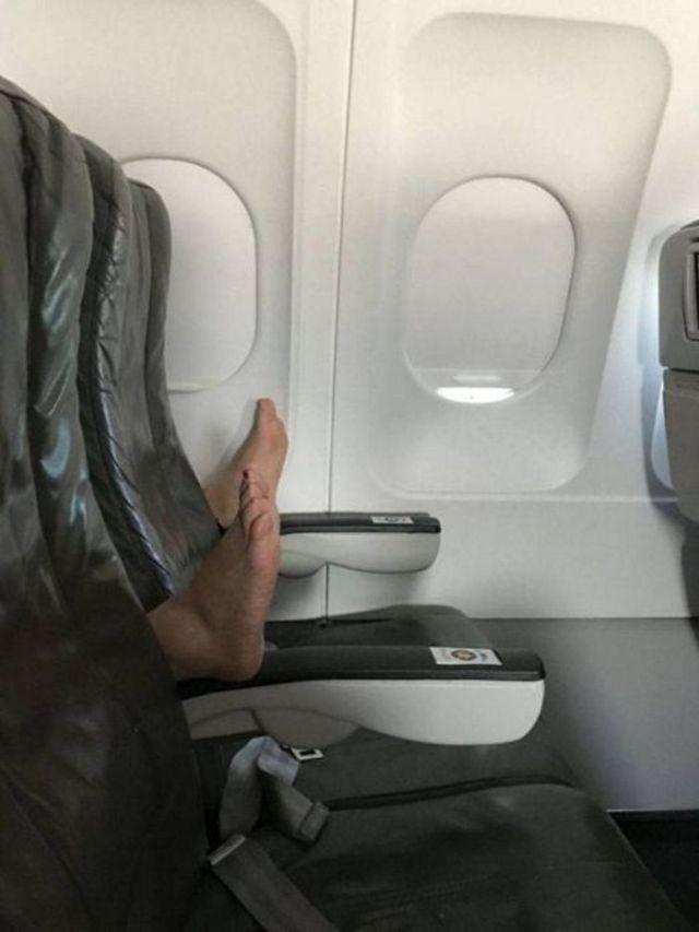 ноги пассажира на кресле в самолете