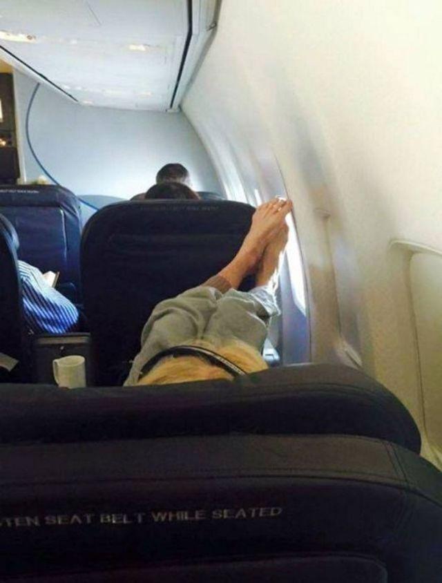 пассажир положил ноги на соседнее кресло