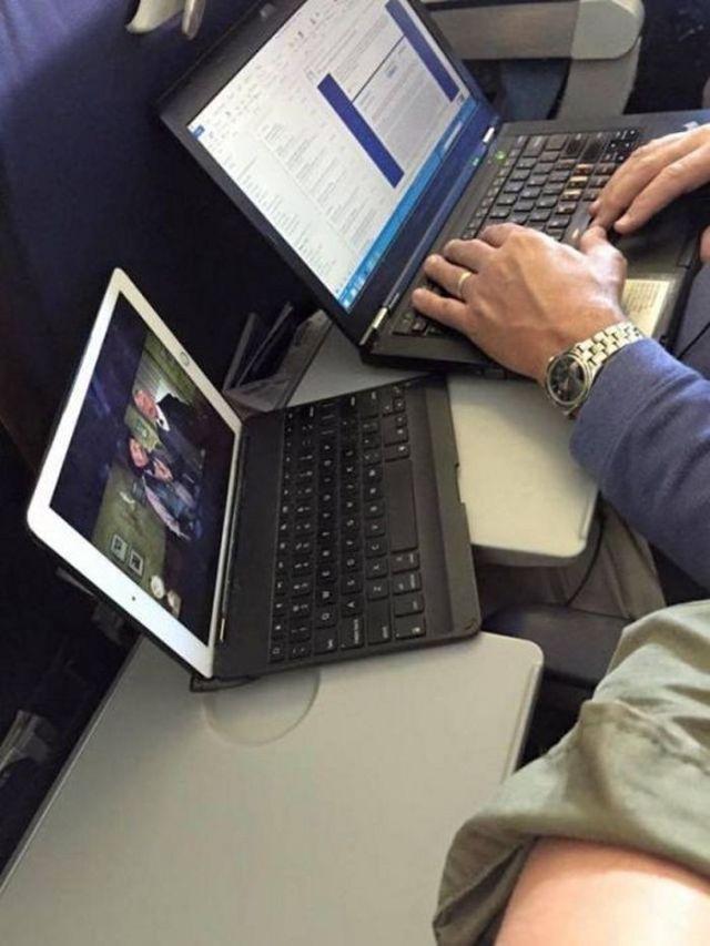 мужчина пользуется двумя ноутбуками
