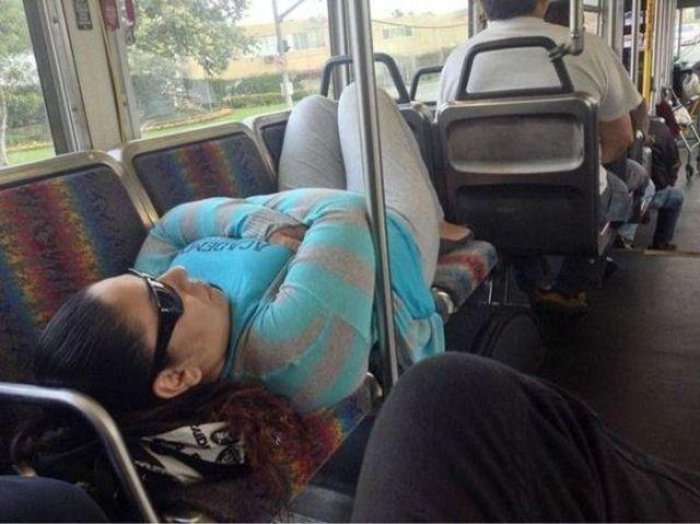 девушка уснула на сидениях в автобусе