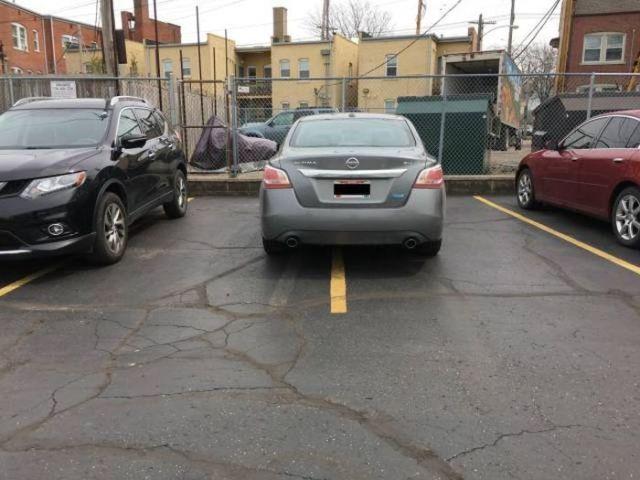авто припарковано на двух местах сразу