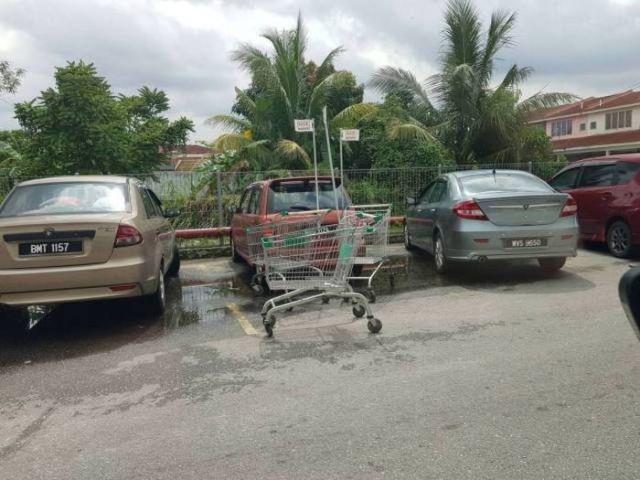 магазинные тележки на парковке