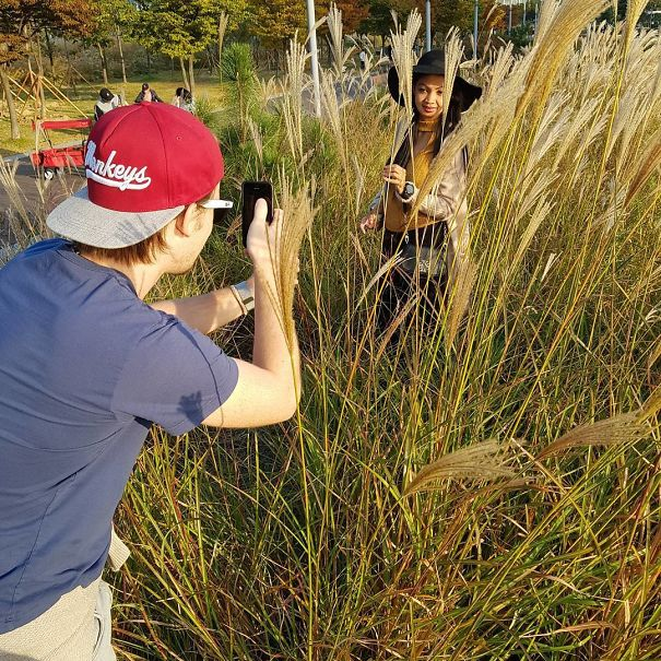 парень фотографирует девушку рис 2