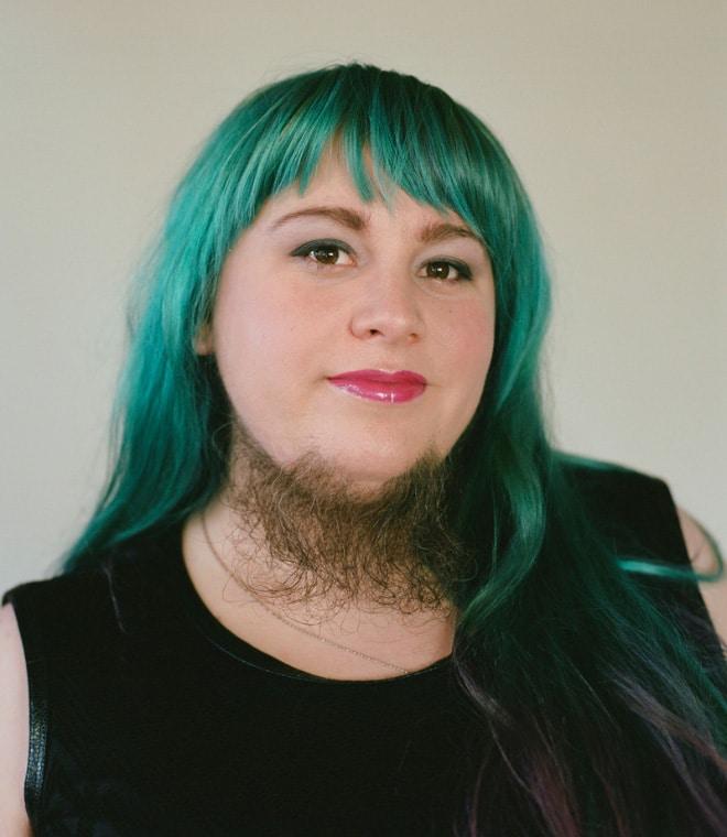 бородатая девушка с зелеными волосами