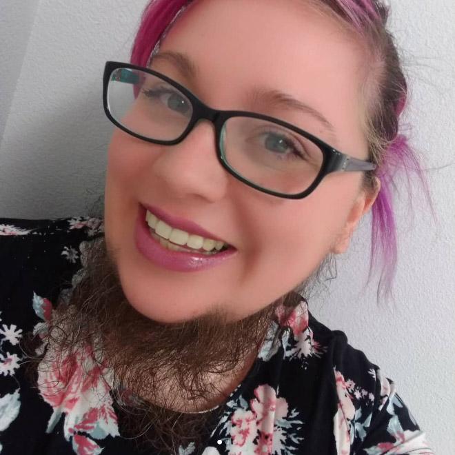бородатая девушка в очках