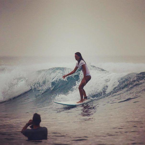 девушка на доске для серфинга