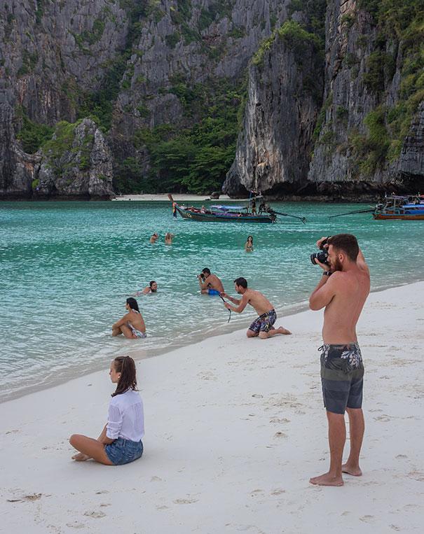 парни фотографируют девушек на пляже