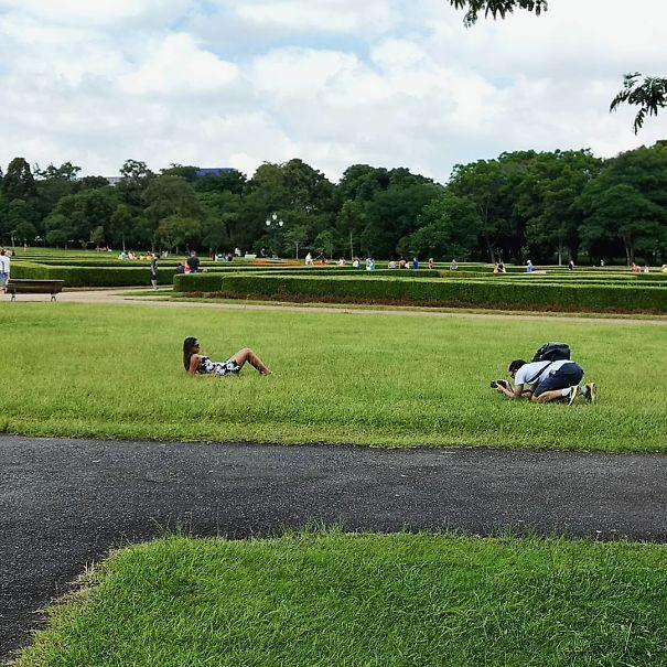 девушка фотографируется в траве
