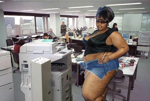 полная женщина в джинсовых шортах