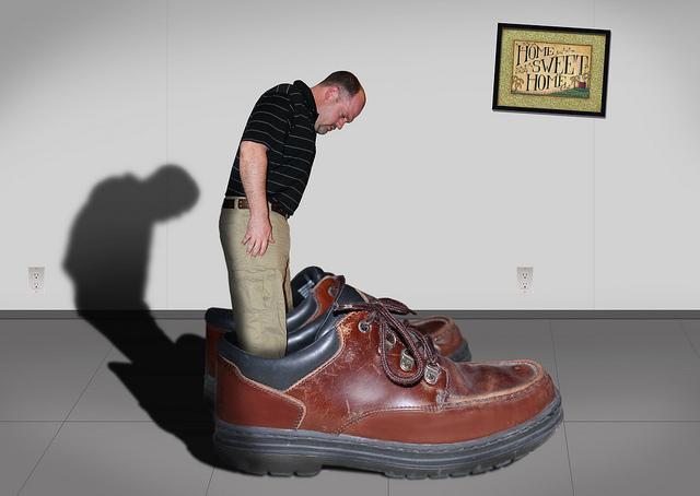 мужчина в огромных ботинках