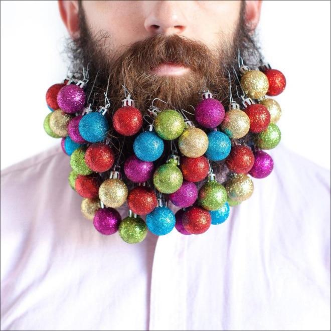 елочные игрушки в бороде