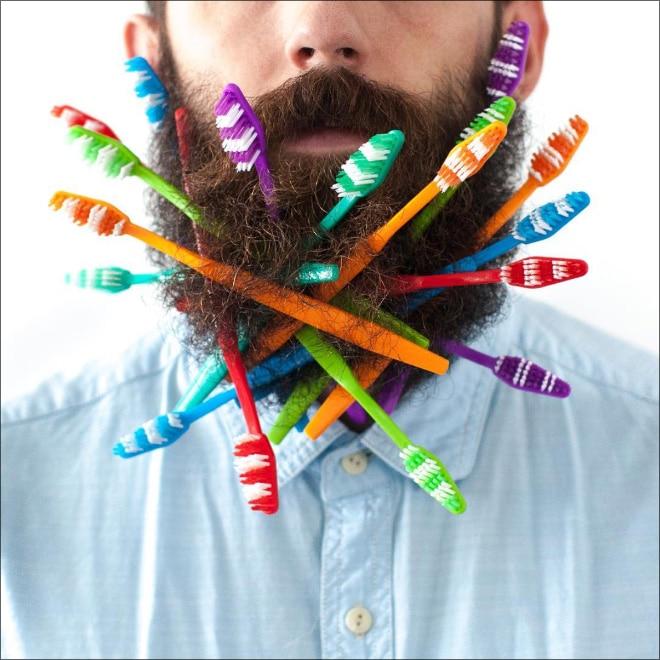 зубные щетки в бороде