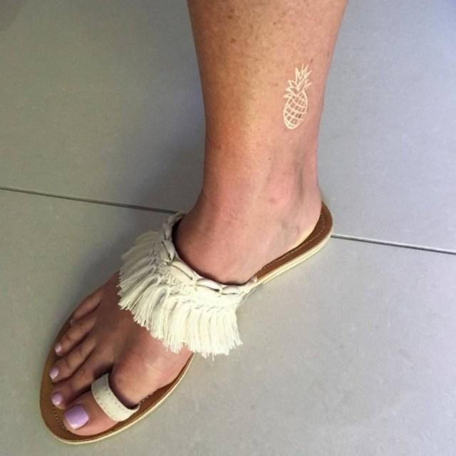 белая татуировка ананас на ноге