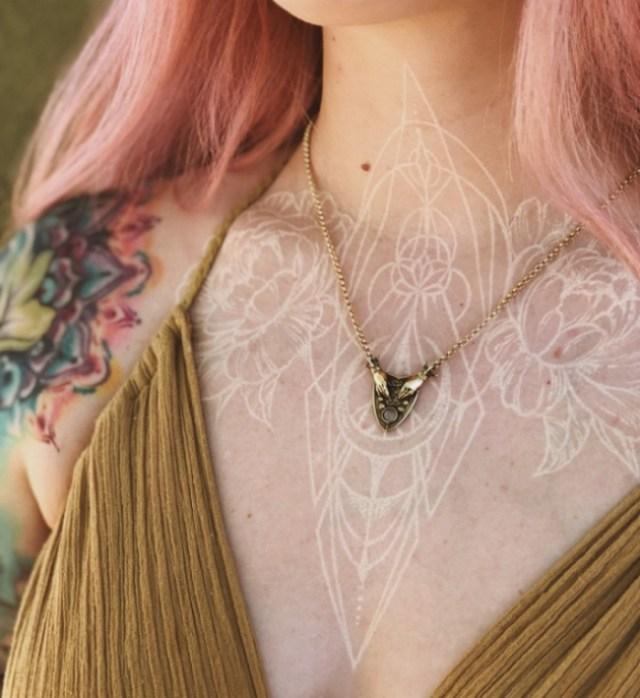 белая татуировка орнамент на шее и груди