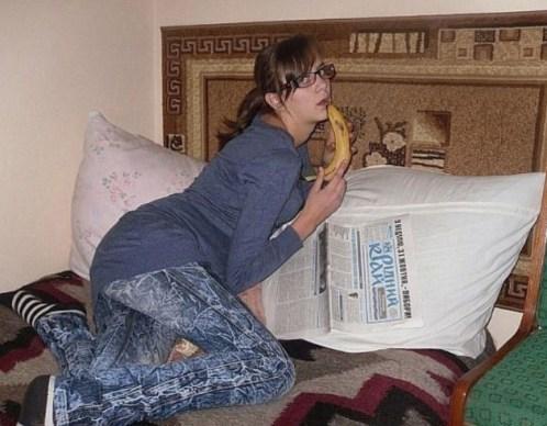 девушка позирует с бананом