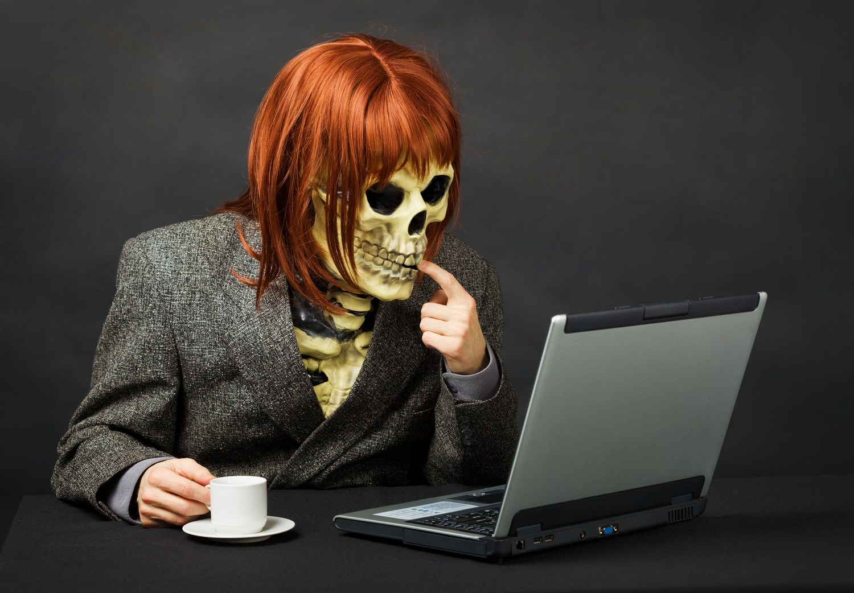 скелет перед ноутбуком