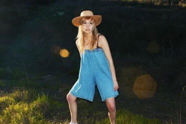 девушка в шляпе и шортах