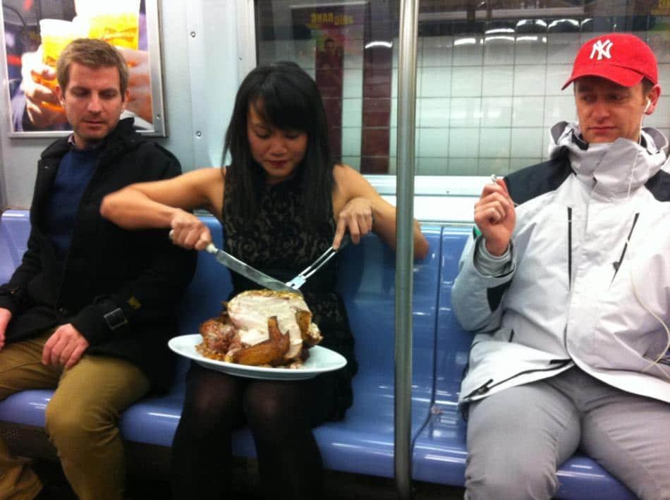 девушка в метро режет курицу