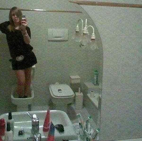 девушка делает селфи в туалете