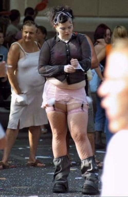 девушка в черной рубашке и розовых чулках
