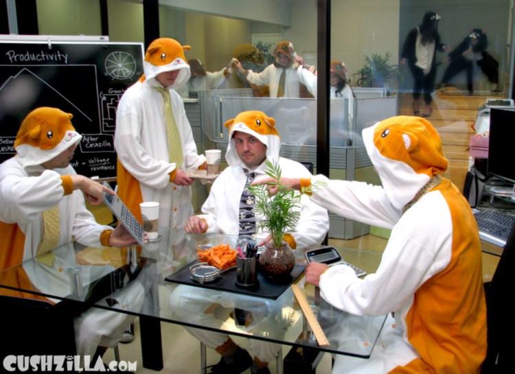 мужчины в пижамах на работе
