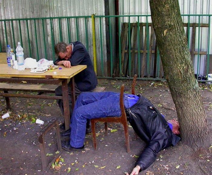 пьяный мужчина спит на стуле