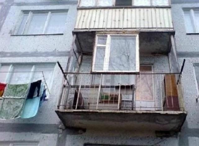 на балконе одно окно