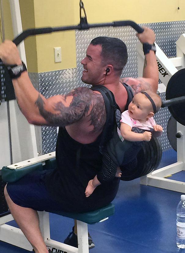 папа пришел в тренажерный зал с малышом