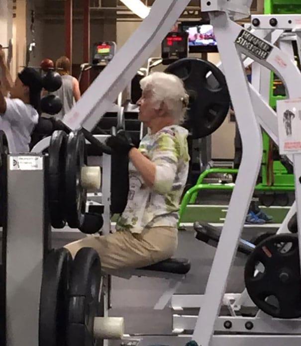 бабушка занимается в тренажерном зале