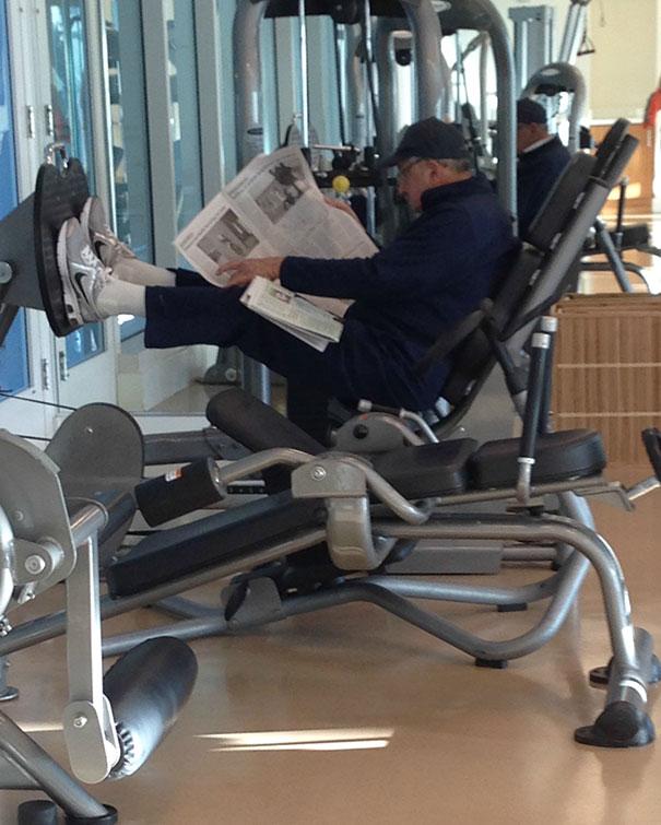 мужчина читает газету на трежере