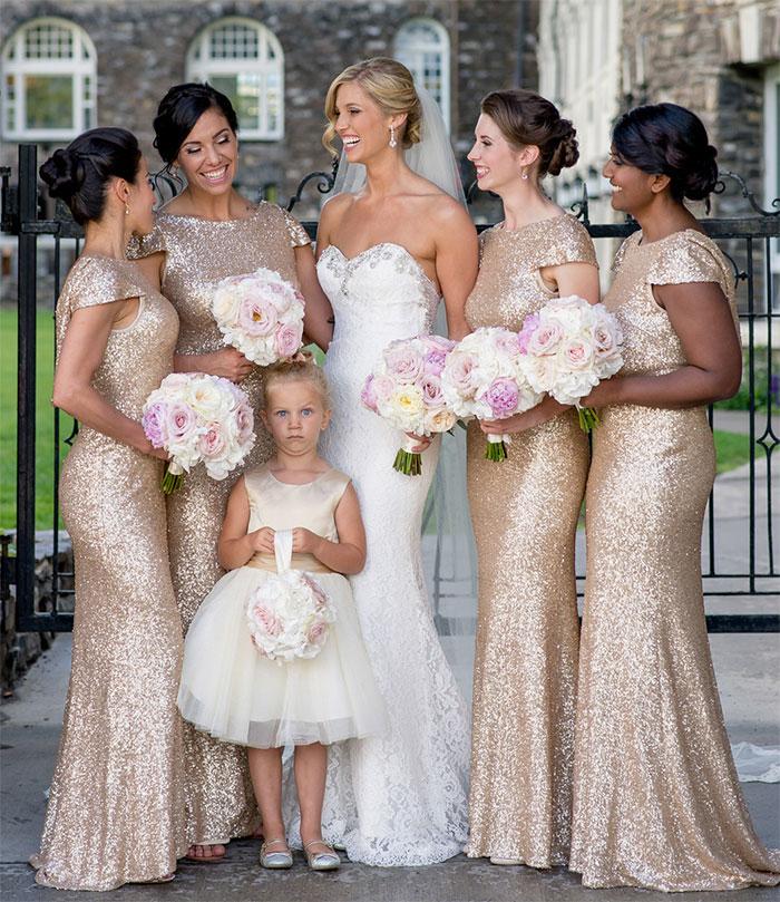 невеста в окружении подруг