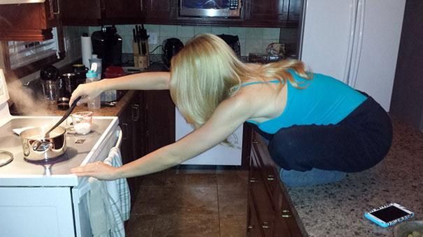 блондинка в кухне