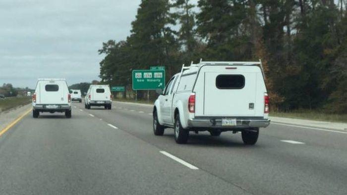 одинаковые машины на дороге