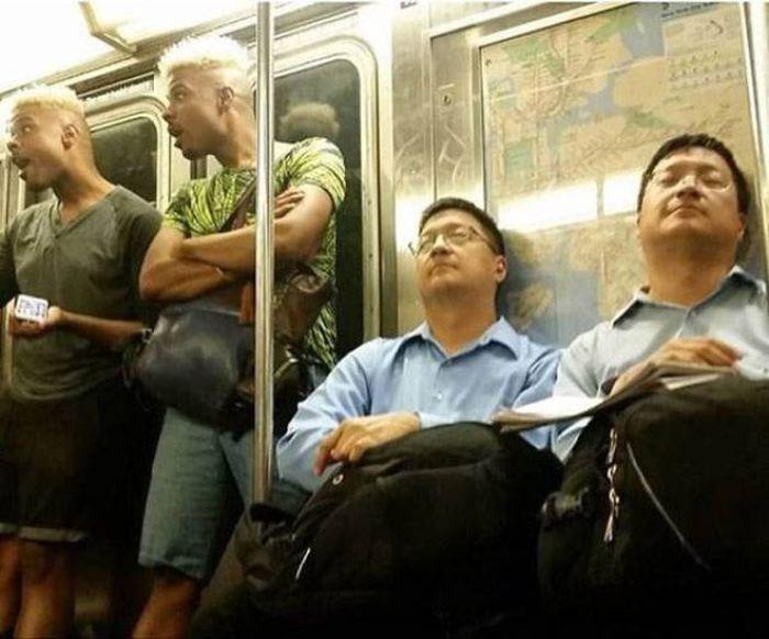 одинаковые мужчины в метро