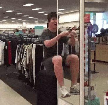 парень шутит в супермаркете