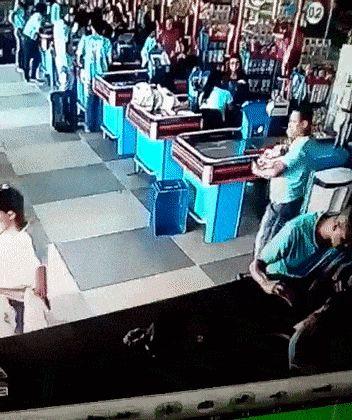 парень ловит продукты в супермаркете
