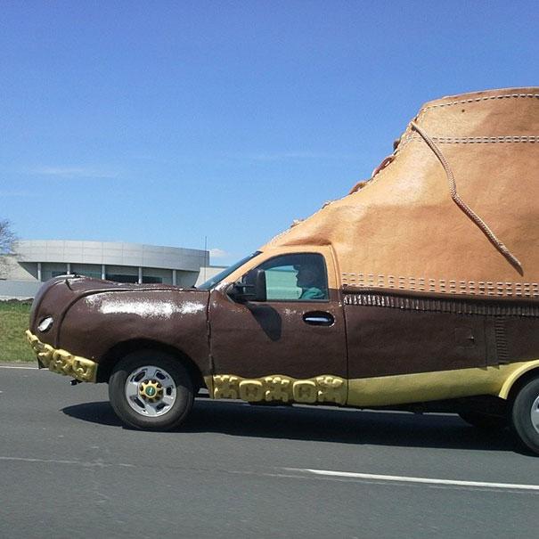 машина в форме ботинка