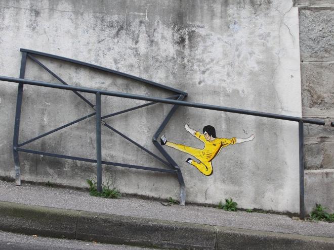 нарисованный Брюс Ли на стене