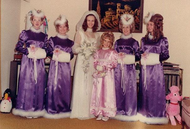 подружки невесты в фиолетовых платьях с мехом