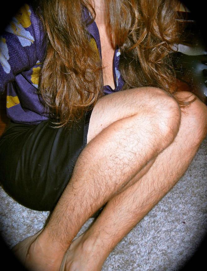 девушка с волосатыми ногами