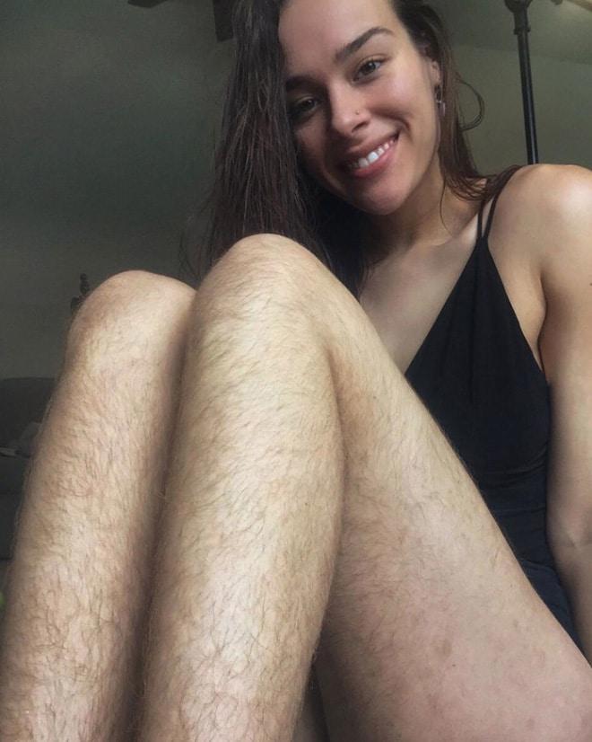 брюнетка с волосатыми ногами