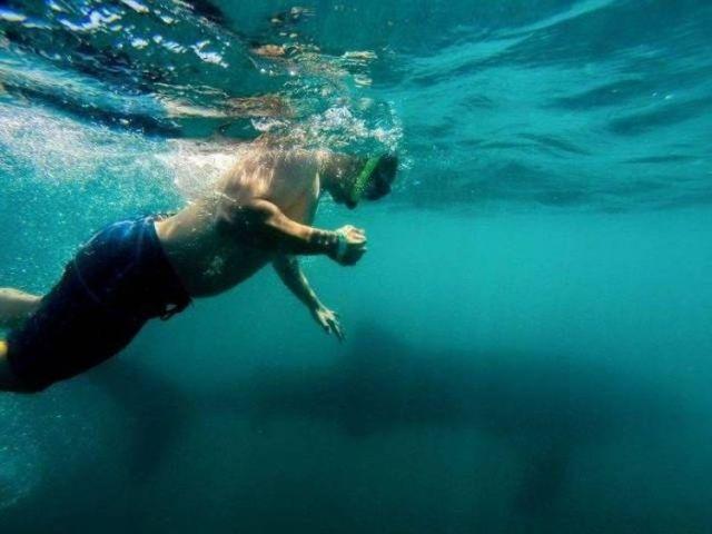 мужчина под водой
