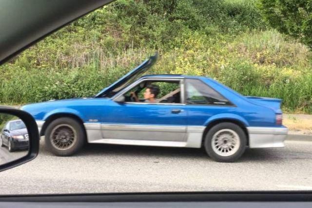 синий автомобиль