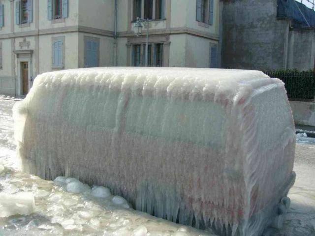 фургон, покрытый льдом