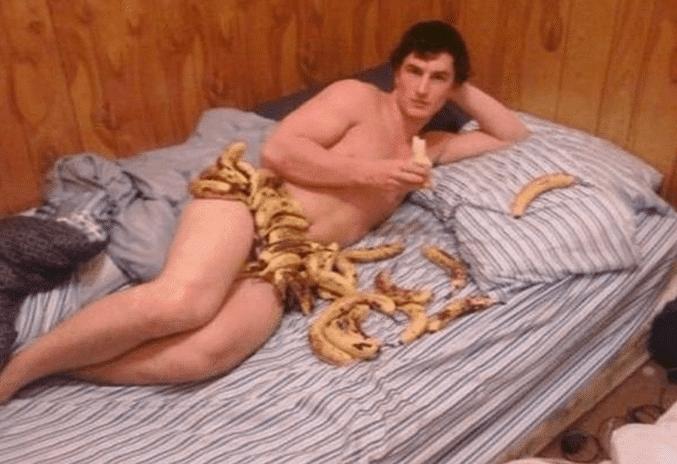 мужчина в бананах