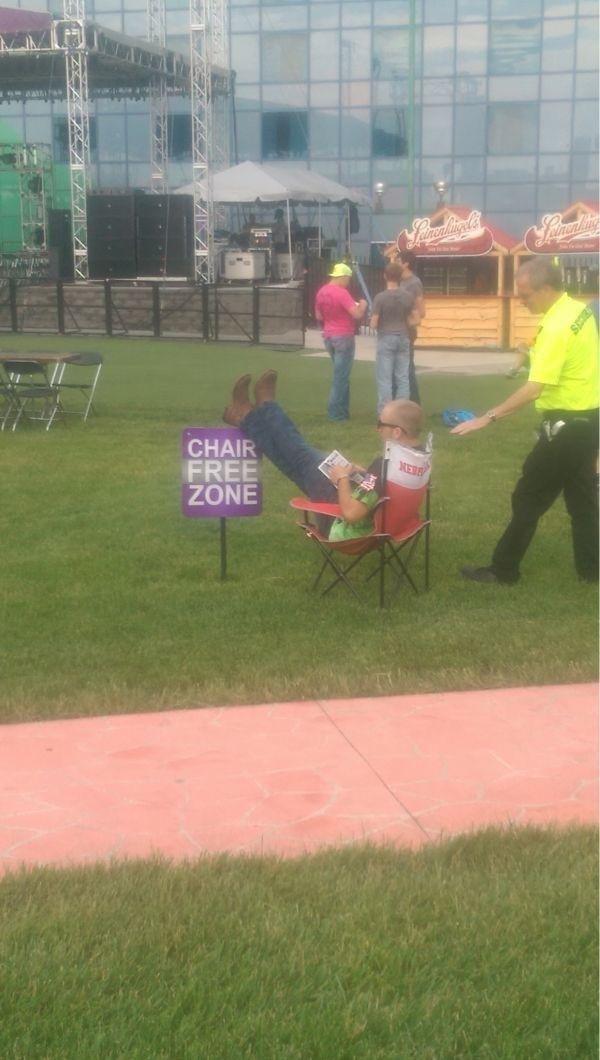 мужчина сидит на стуле на газоне