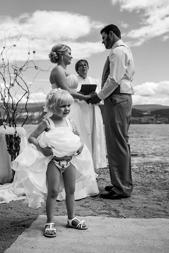 девочка задрала платье на свадьбе